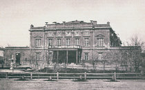 У 1856 році на перетині вулиць Володимирської і Кадетської (нині Богдана Хмельницького) за проектом Івана Штрома було збудовано друге приміщення Міського театру, де також поряд з драматичними виставами давали оперні і балетні.